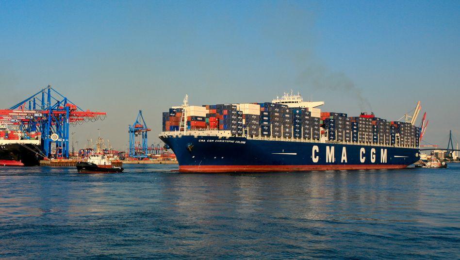 """Containerschiff """"Christophe Colomb"""": Das Flaggschiff der CMA CGM FG Group ist mit seiner Länge von 365,50 Metern das bisher größte Containerschiff, das im Hamburger Hafen anlegte"""