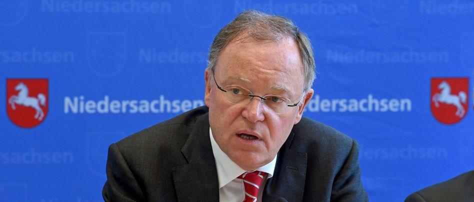 """Niedersachsens Ministerpräsident Stephan Weil: Das Sozialministerium habe die Meldebehörden """"nicht mit dem Zusammenstellen von Adresslisten belasten wollen"""". Auch deshalb warten die über 80jährigen Bürger bis heute auf Informationen"""