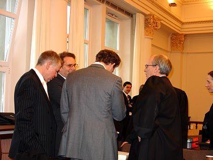 In Diskussion vertieft: Falk, seine Anwälte und der Angeklagte Maarten R.