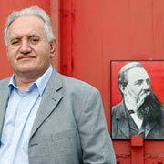 Die Marx-Brothers: Links-Unternehmer Gabriel vor einem Porträt des Fabrikanten und Kommunisten Friedrich Engels