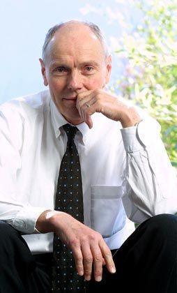 """Wo bleibt der Mensch im Manager? Paul J. Kohtes (59), Gründer der PR-Agentur Kohtes Klewes: """"Als ich vor 20 Jahren anfing, mich mit Zen zu beschäftigen, haben meine Kollegen gedacht: Jetzt spinnt er. Ich wusste auch selbst nicht so recht, ob ich das kann: Stundenlang ruhig sitzen, an nichts denken, das ist für einen Manager die Hölle. Aber ich brauchte diesen Weg. Ich wollte mich nicht verlieren im Drill des Manageralltags.Seit ich meditiere, nehme ich die Schönheit der Welt viel bewusster wahr. Hinter allem steckt eine wunderbare Ordnung."""""""