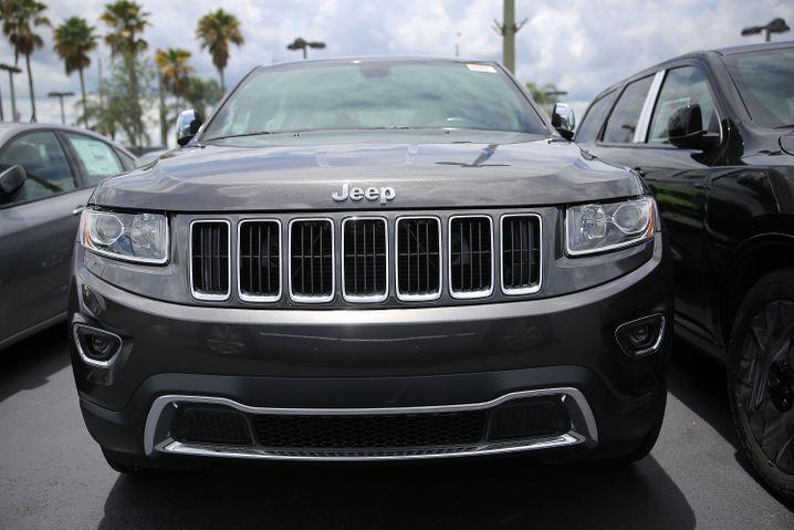 Juli 2015: Chrysler ruft in den USA 1,4 Millionen Wagen wegen einer Sicherheitslücke zurück, die zwei Hacker aufgedeckt hatten. Durch fehlerhafte Software könnten Autos aus der Ferne manipuliert werden