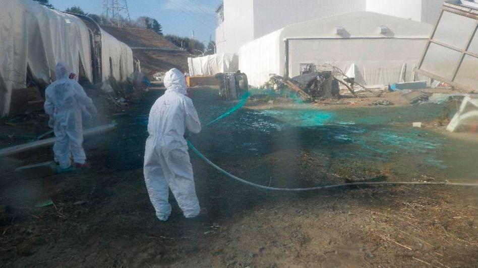 Arbeiter in Fukushima: Der Versuch, ein Leck in einem Turbinengebäude zu schließen, war am Wochenende gescheitert