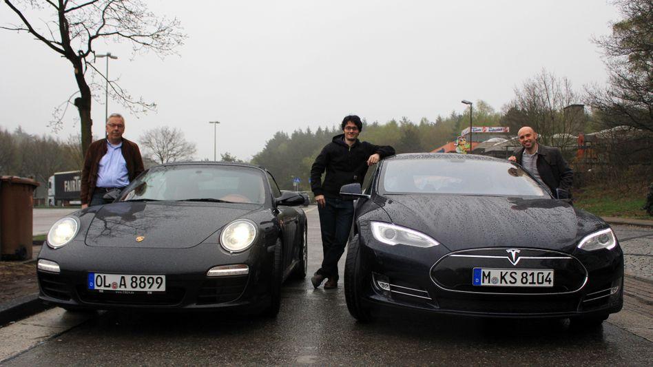 Nils-Viktor Sorge (m.) und Wilfried Eckl-Dorna (r.) mit Porsche-Fahrer Heiner Ahrmann: Heute messen wir den Tesla an den schnellen Filtzern