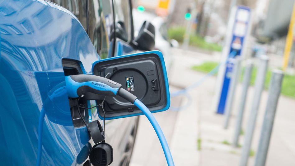 Ein Elektroauto lädt in Stuttgart auf: In der Nähe will der Daimler-Konzern eine Fabrik für die Batteriezellenfertigung bauen