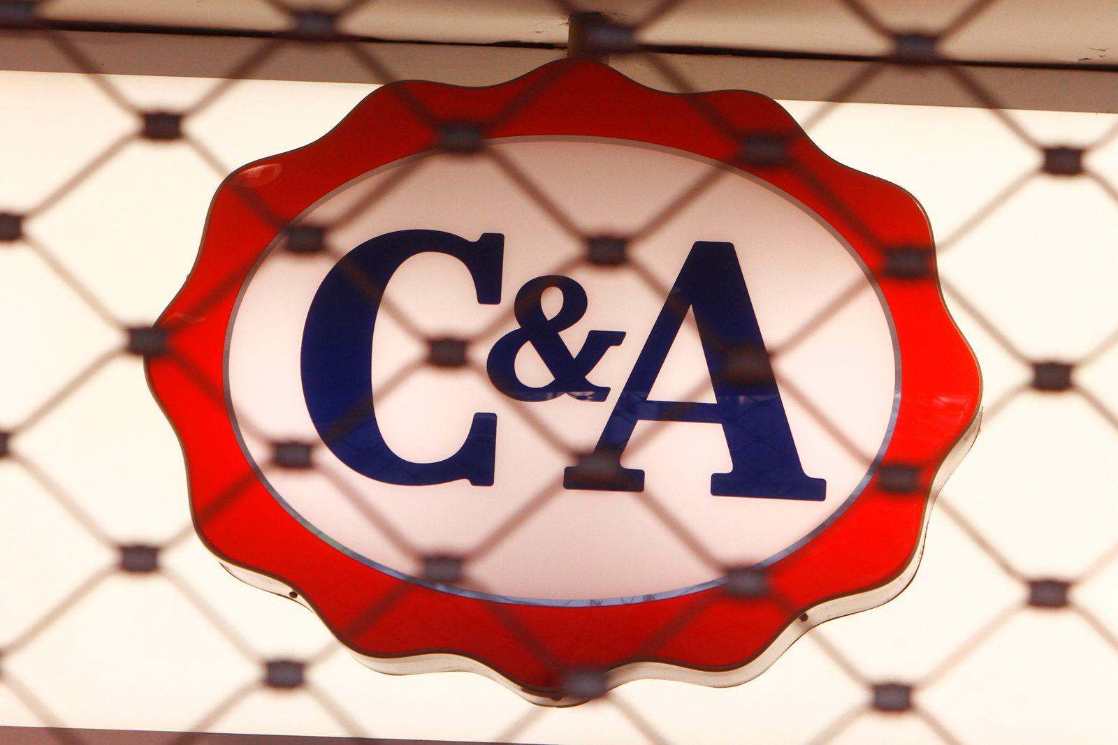 Unternehmenslogo an einer durch ein Rolltor verschlossenen C&A Filiale in der Innenstadt von München, Bayern, Deutschlan