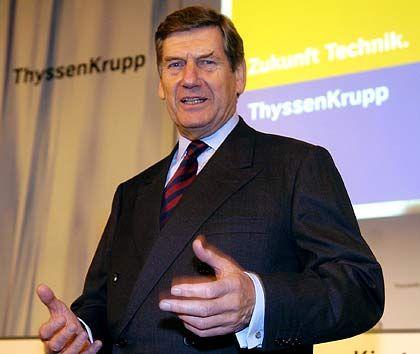 """Umverteilung I Gegensätze: Die Globalisierung nützt tendenziell größeren, finanzstarken Konzernen. Kleinere, kapitalschwache Firmen geraten unter Druck. Überraschung: Die weltweite Konjunktur bei Stahl und Schiffbau bescherte dem verschlafenen ThyssenKrupp-Konzern unverhoffte Gewinne. Vorstandschef Ekkehard Schulz glaubt an eine """"weiterhin erfreuliche Gesamtentwicklung""""."""