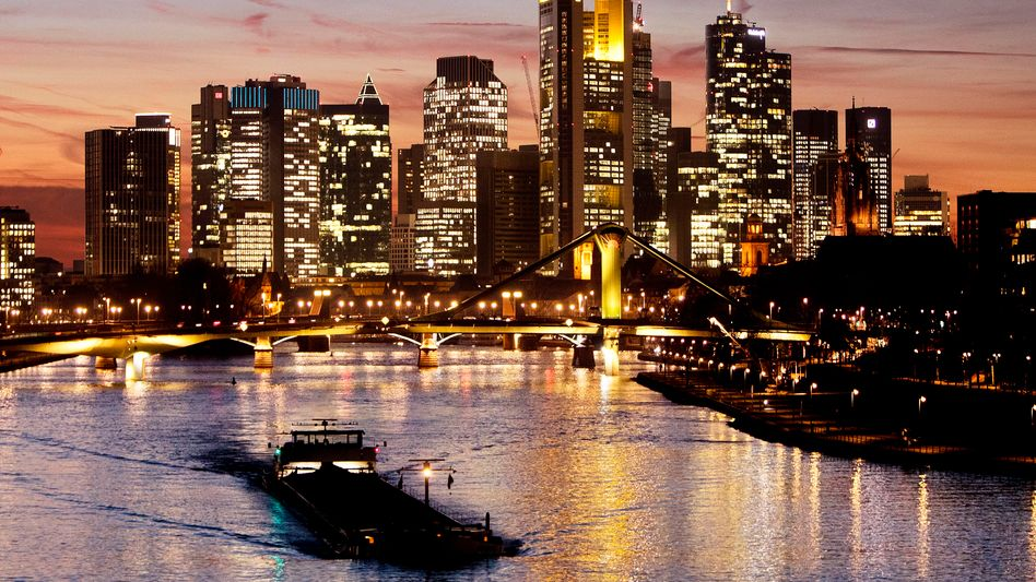 Bankenviertel in Frankfurt am Main: Jahrelang sollen sich Banken, Fonds und Berater über komplexe Aktiengeschäfte an der Staatskasse bedient haben