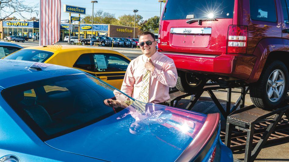 Der US-Fotograf Jeff Minton hat Autohändler in Levittown im US-Bundesstaat New York begleitet. Die Serie aus dem Jahr 2013 zeigt, wie die Verkäufer sich anstrengen, ihre monatlichen Quoten zu erreichen.