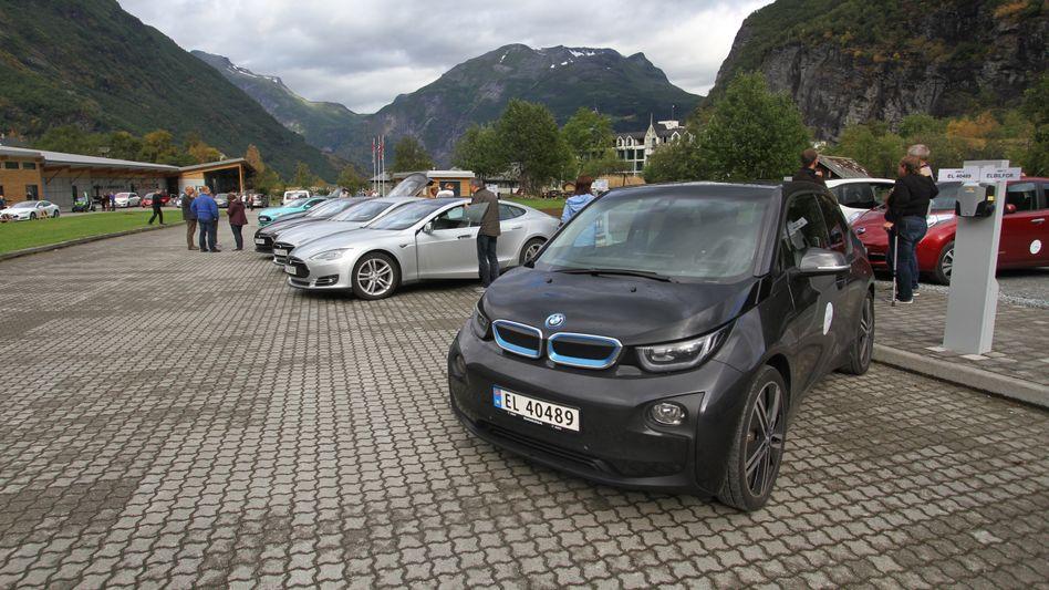 Auftanken in Norwegen: Reine Batterie-Elektroautos machten bei den Neuzulassungen im Juni 27 Prozent aus. Plugin-Hybride bildeten 15 Prozent und Vollhybride 10 Prozent der Neuzulassungen - beide Varianten haben noch einen Verbrennungsmotor an Bord. Auch haben Verbrennungsmotoren insgesamt auf Norwegens Straßen noch die Nase vor den neuen Antriebsformen