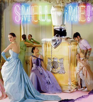 Schrille Kompositionen: Das Label Juicy Couture verbindet in seinem ersten Duft Wassermelone, Grapefruit und Apfel mit winterlichen Noten wie Karamell und Vanille.
