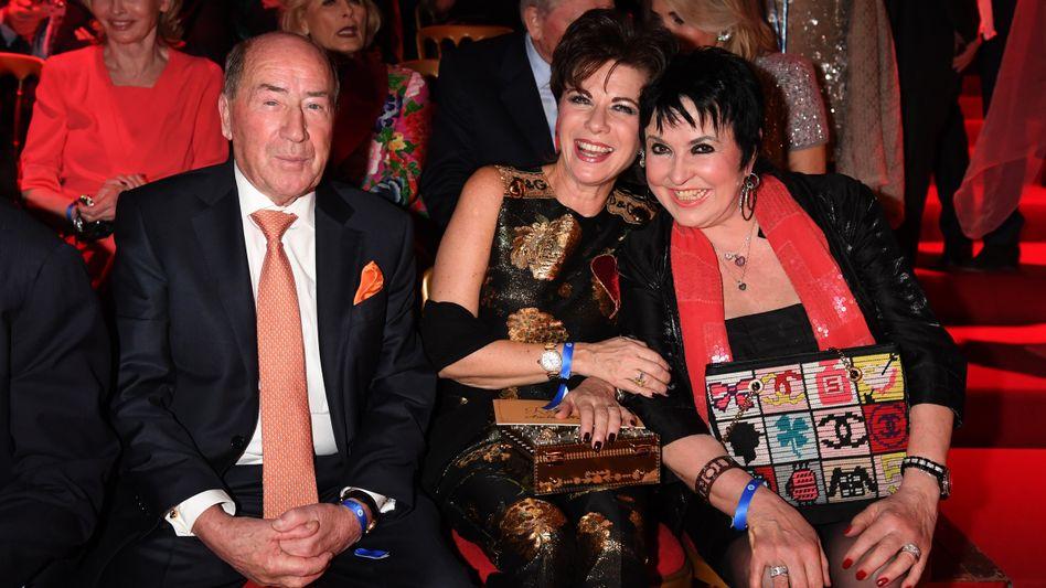 Erwin Müller (mit Ehefrau Anita, ganz rechts sowie Uschi Ackermann in der Mitte): Der ehemalige Friseur schuf ein eigenes Handelssegment - und gibt sich bei Anfragen eher knarzig und wortkarg. Im Vergleich zu seinen Milliardärskollegen Reimann, Schwarz und Knauf ist Müller jedoch geradezu extrovertiert