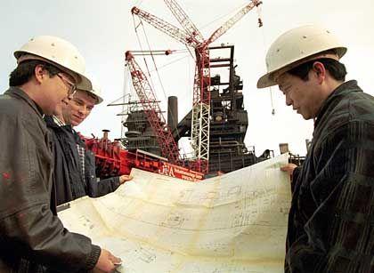 Technik-Export: Chinesische Ingenieure bei der Demontage eines ehemaligen ThyssenKrupp-Stahlwerkes in Dortmund