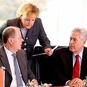 """Zu zaghaft"": Konjunkturpolitiker Steinbrück, Merkel, Glos"