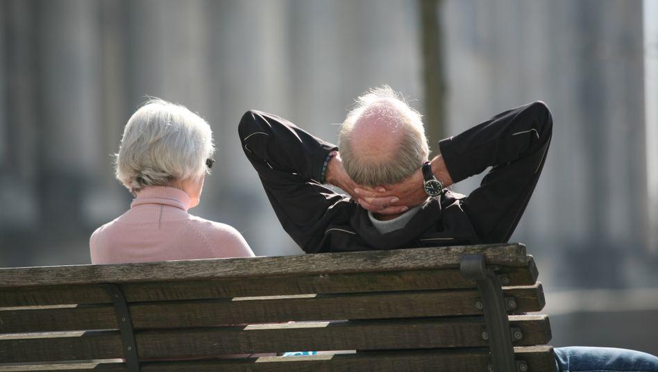 Viele Rentner haben ein vergleichsweise gutes Haushaltseinkommen. Weil der steuerpflichtige Teil der Rente seit 2005 steigt, müssen immer mehr Senioren Steuern zahlen