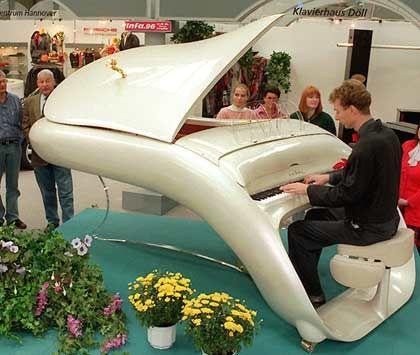 Schimmel: Deutschlands größter Klavierbauer traute sich in guten Zeiten auch mal an futuristisches Design. Doch die Krise hat nun den Absatz beinahe halbiert, das Braunschweiger Unternehmen meldete heute Insolvenz an