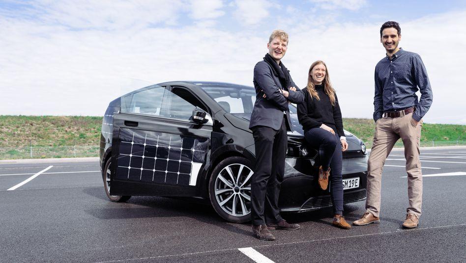Freie Bahn: Sono-Motors-Gründer Jona Christians, Navina Pernsteiner, Laurin Hahn (v. l. n. r.) vor einem Prototyp ihres E-Autos Sion