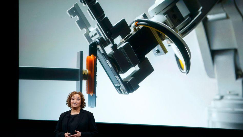 Apples Umweltchefin Lisa Jackson vor einem Bild eines Recycling-Roboters des iPhone-Konzerns (Archivaufnahme, 2016)
