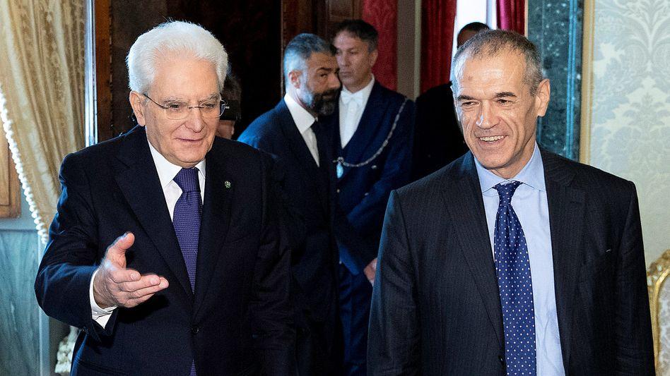 Italiens Präsident Sergio Mattarella (l.) empfiehlt Carlo Cottarelli als Übergangspremier