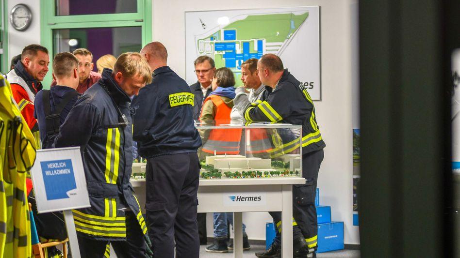 Feuerwehr-Mitarbeiter am Hermes-Logistikzentrum in Haldensleben