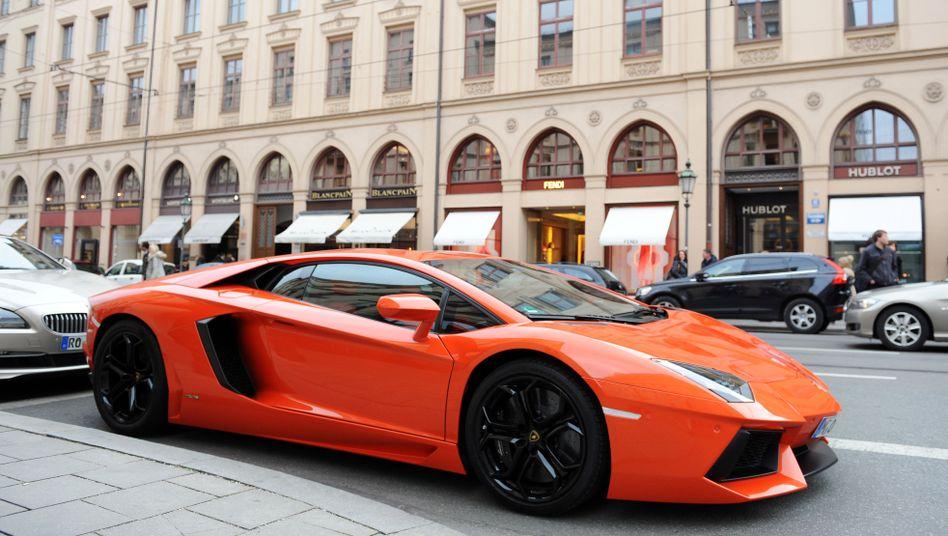 Besonders schön: Ein orangefarbener Lamborghini auf der Maximilianstraße in München