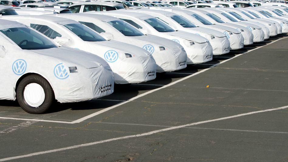 Auf Halde: VW-Neuwagen in Wolfsburg