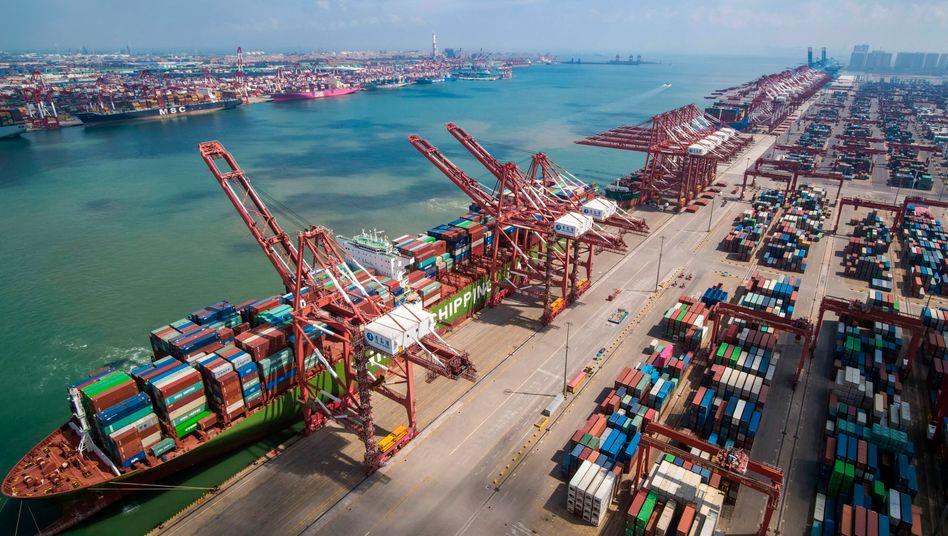 China, Qingdao: Ein Containerschiff im Hafen in der ostchinesischen Provinz Shandong