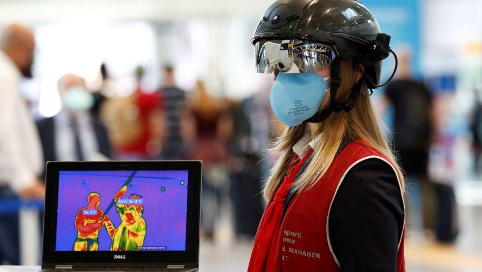 Körpertemperatur-Scanner im Einsatz am Flughafen Rom-Fiumicino
