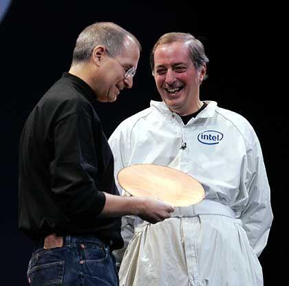 Apple-Chef Steve Jobs (l.) und Intel-Vormann Paul Otellini: Neue Zahlen der US-Technologiekonzerne