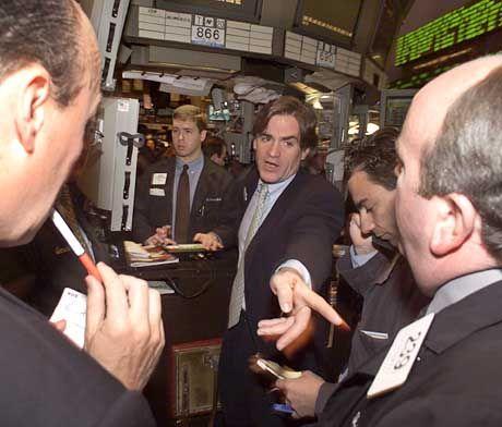 Aufregung in verklungenen Tagen: Händler an der New Yorker NYSE treiben den Qwest-Kurs nach oben, nachdem der kleinere Konzern die Übernahme des Ortsgesprächs-Riesen US West bekannt gegeben hat