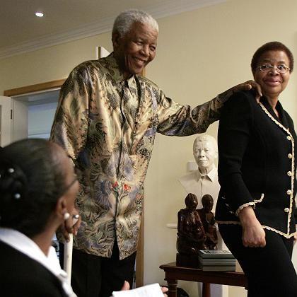 """""""Ethnienübergreifend hoch angesehen"""": Nelson Mandela mit Graca Machel"""