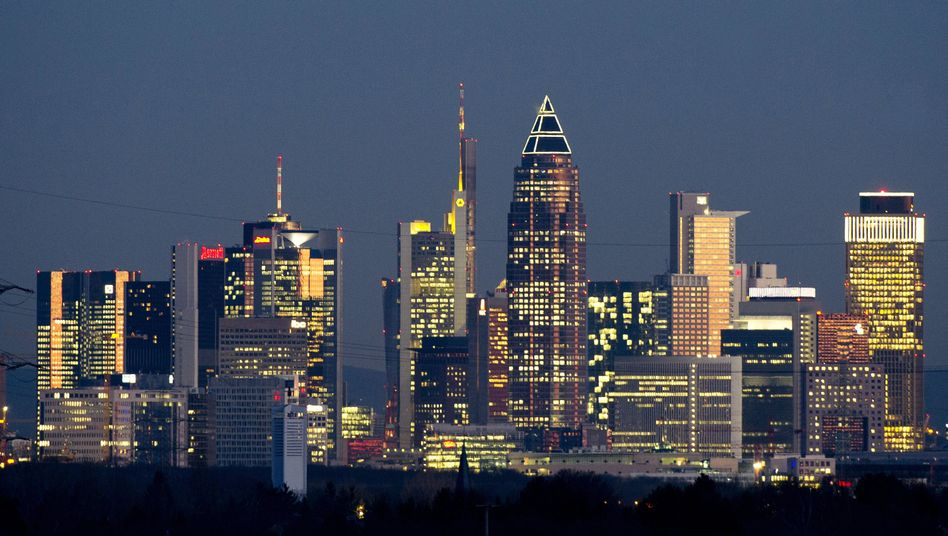 Schon groß, bald noch größer: Der zweite Turm von rechts beherbergt die DZ Bank in Frankfurt.