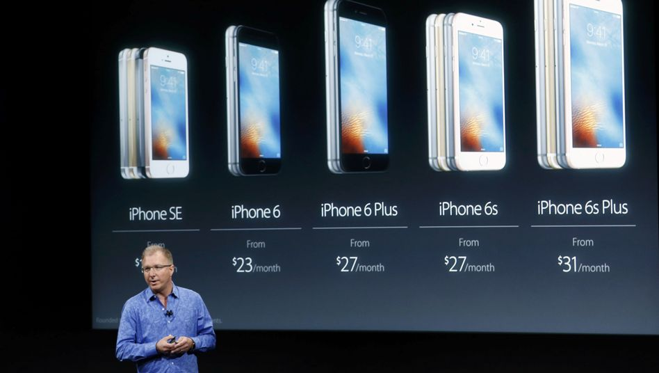Hemd aus der Hose: Apples Greg Joswiak präsentiert das neue, kleinere iPhone SE, ganz links.