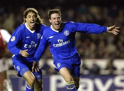Chelsea London, Platz 4 (10) mit 217 Millionen Euro Einnahmen: Chelseas Wayne Bridge feiert ein Tor mit Teamkollege Hernan Crespo