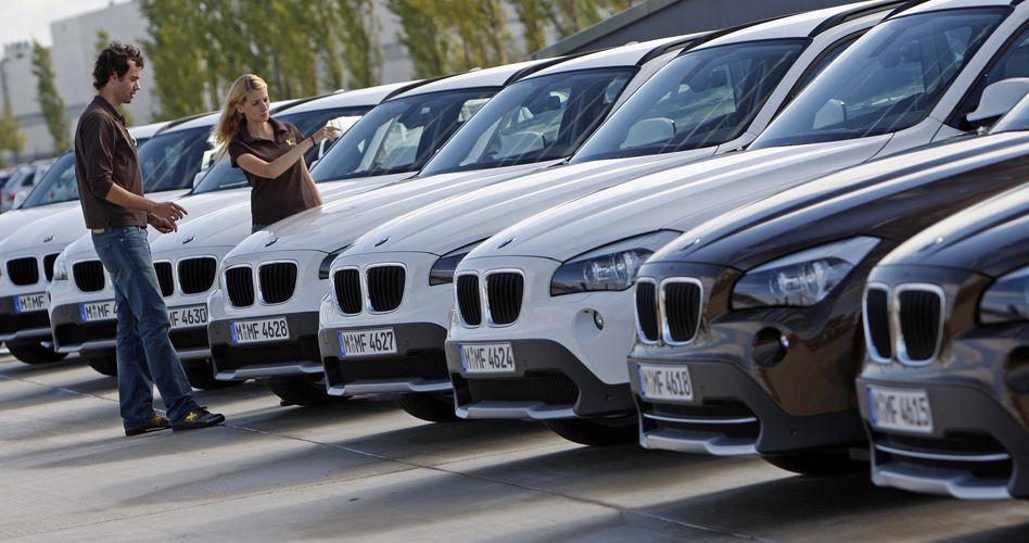 Paar beim Neuwagenhändler: Solche Szenen könnten in Zukunft seltener werden - jüngere Kunden können sich auch den Neuwagenkauf via Internet vorstellen