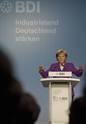 Bundeskanzlerin Merkel: Höhere Steuern als logische Antwort auf steigende Verschuldung?