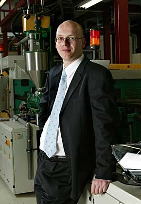 """Der Juniorprofessor: Lars Frormann (38) hat sich für die reine Lehre entschieden. An der TU Clausthal entwickelt der Kunststofftechnikexperte zum Beispiel Produkte für die Autoindustrie. """"Ich genieße die Freiheit, die ich hier trotz meiner Vorlesungsverpflichtungen habe"""""""