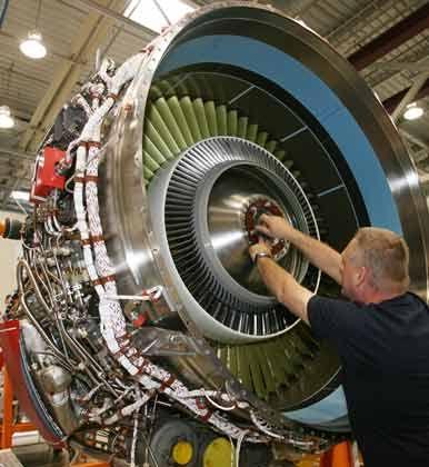 Mechaniker im Rolls-Royce-Werk Dahlewitz: Noch keine Details über den Stellenabbau in Deutschland