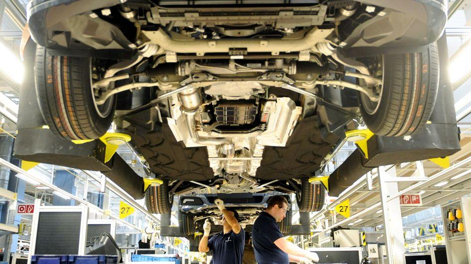 Arbeiter im Mercedes-Werk in Sindelfingen: Derzeit hohe Auslastung deutscher Industriebetriebe
