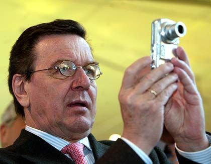 Bildbetrachter: Gerhard Schröder begutachtet sein fotografisches Wirken