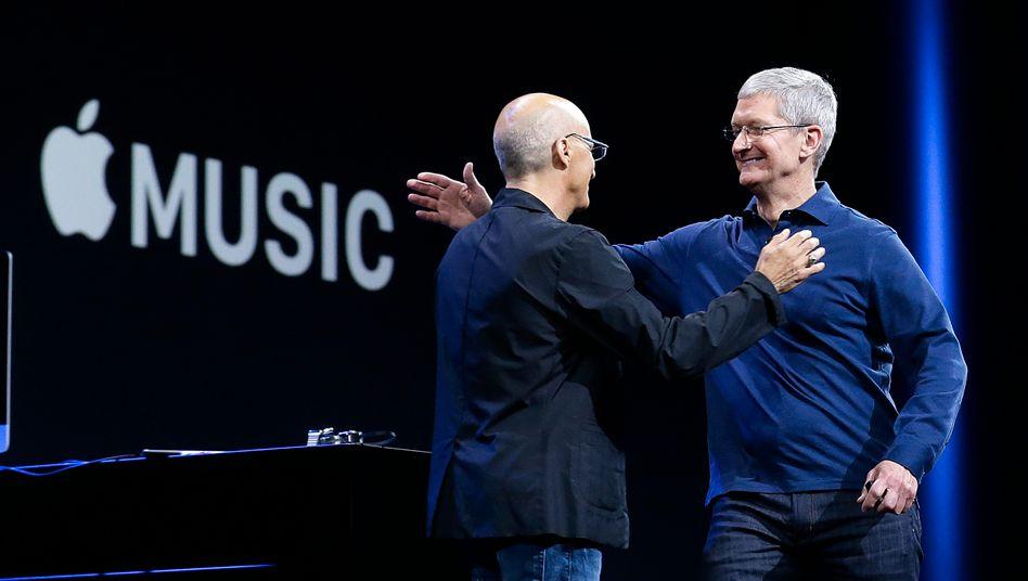 Apple-Chef Tim Cook und Beats-Mitgründer Jimmy Iovine: Apple als Streaming-Musikanbieter
