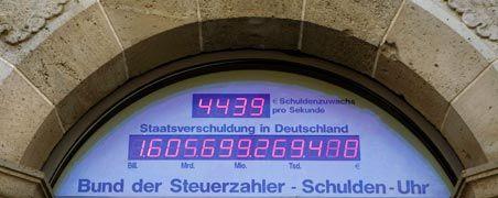 Tickt nicht sondern rennt: Die Schuldenuhr zeigt längst einen Stand von mehr als 1,6 Billionen Euro an. Deutschland lebt auf Pump wie nie zuvor