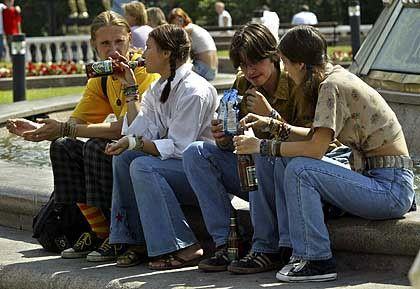 In Russland beliebt: Junge Biertrinker in Moskau