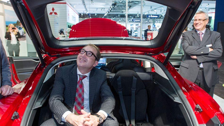 """Alexander Dobrindt (in einem Tesla): """"Subventionen für Elektroautos muss es geben"""""""
