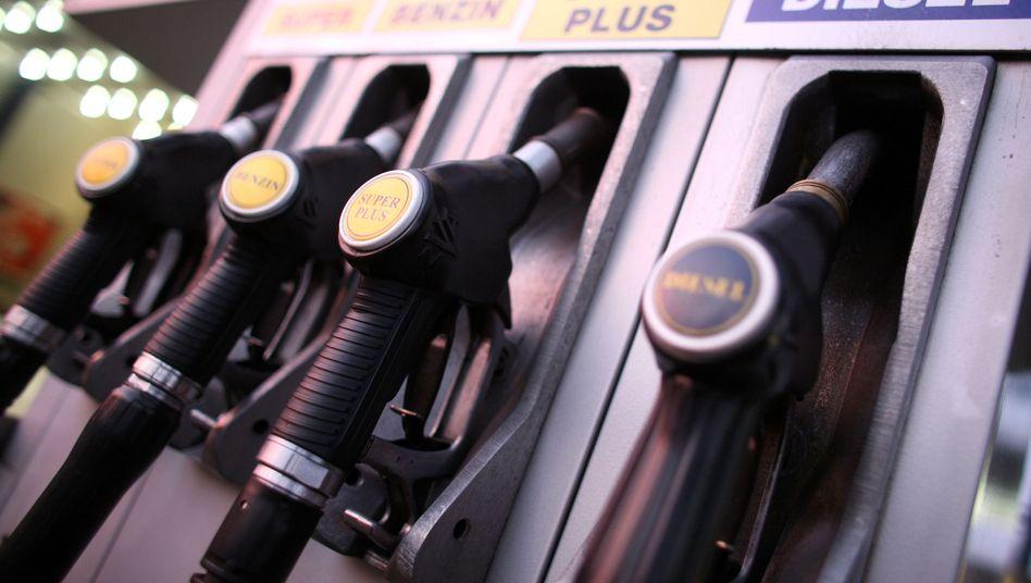 Zapfpistolen an einer Tankstelle: Vor dem Wochenende kostet Benzin um 4 Cent mehr als am Montag