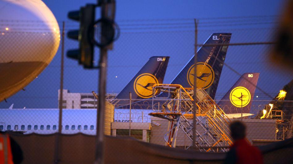 Lufthansa-Maschinen in Frankfurt am Main: Insgesamt will die Kranich-Airline 3500 Jobs in der Verwaltung streichen