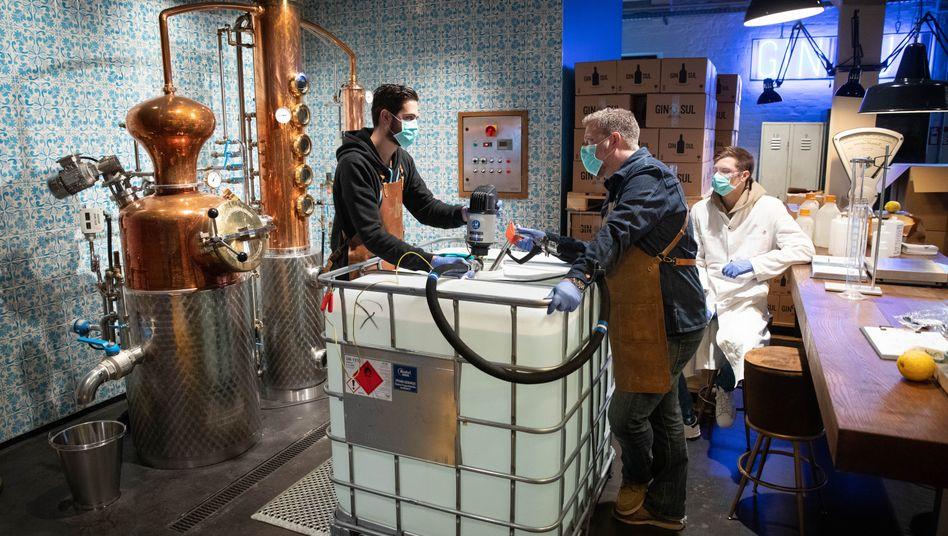 """Spirituosen-Manufaktur """"Gin Sul"""": Der Betrieb wurde vorübergehend auf die Produktion von Hände-Desinfektionsmittel umgestellt."""