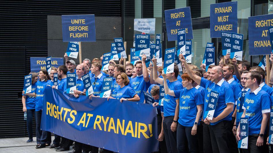 Beschäftigte der Fluggesellschaft Ryanair demonstrieren am Main Airport Center (MAC) für bessere Arbeitsbedingungen und eine bessere Bezahlung
