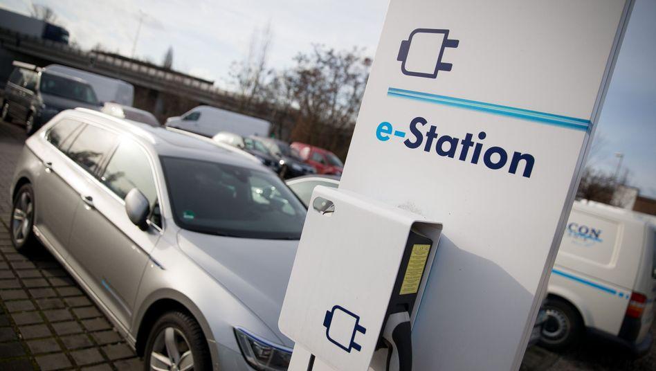 Elektro-Fahrzeug: Getankt wird an Ladestationen. Die indes sind in Deutschland wie in Europa noch Mangelware. Ein deutsch-dominiertes Konsortium will das nun ändern