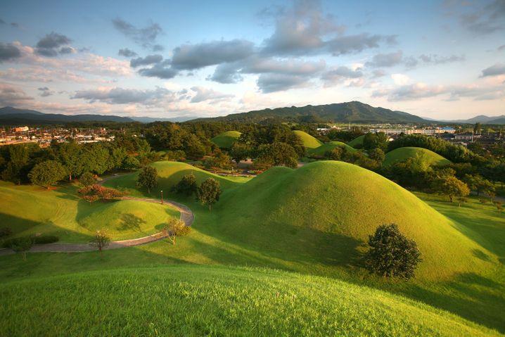 Königsgräber unter grünen Hügeln: Im Raum Gyeongju gibt es insgesamt etwa 200 dieser sogenannten Tumuli, einige davon mitten in der Stadt.